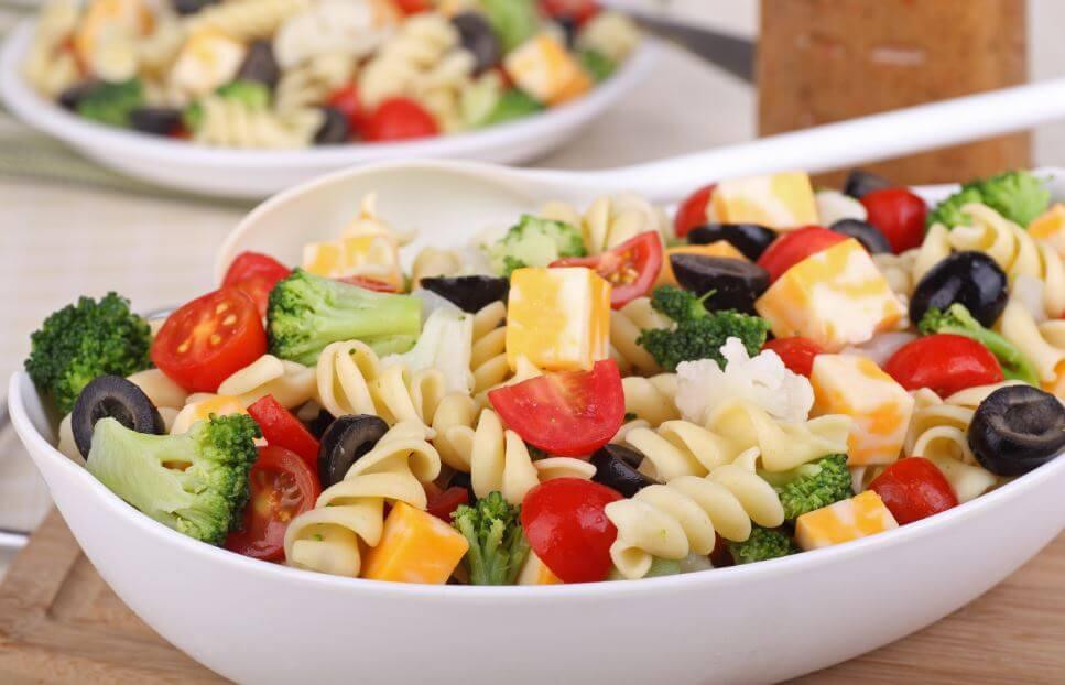 macarrão com brócolis, queijo e tomate