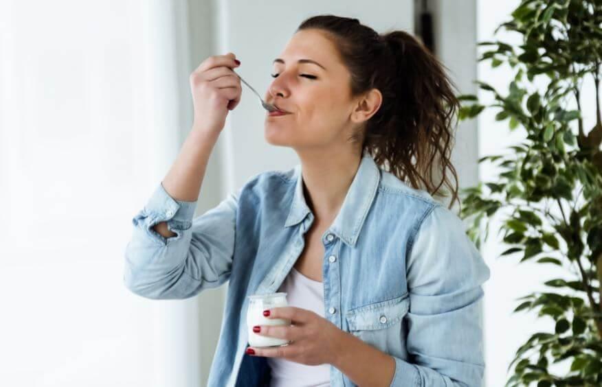 Menina comendo iogurte