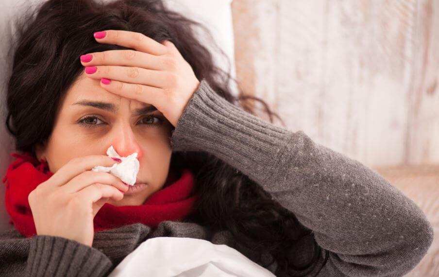 Garota com resfriado