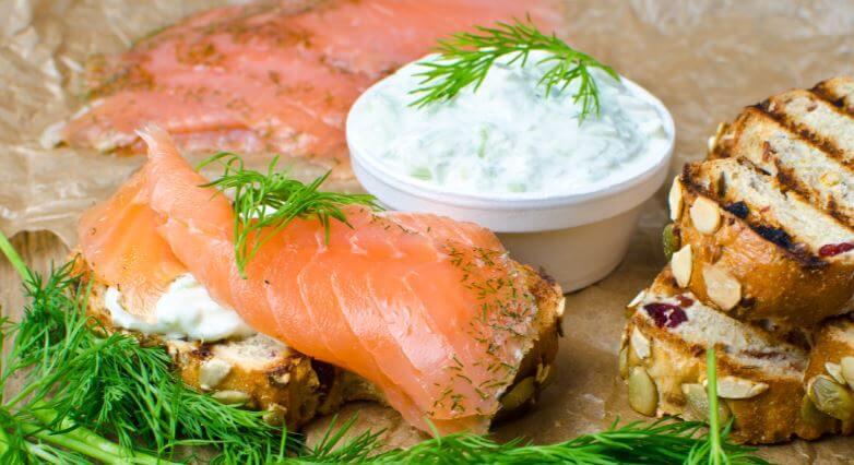 Molho de iogurte grego com peixe