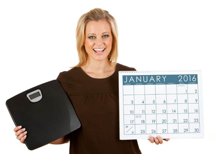 Mulher com calendário e balança nas mãos