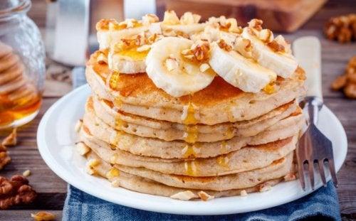 Torre de panquecas com banana e mel