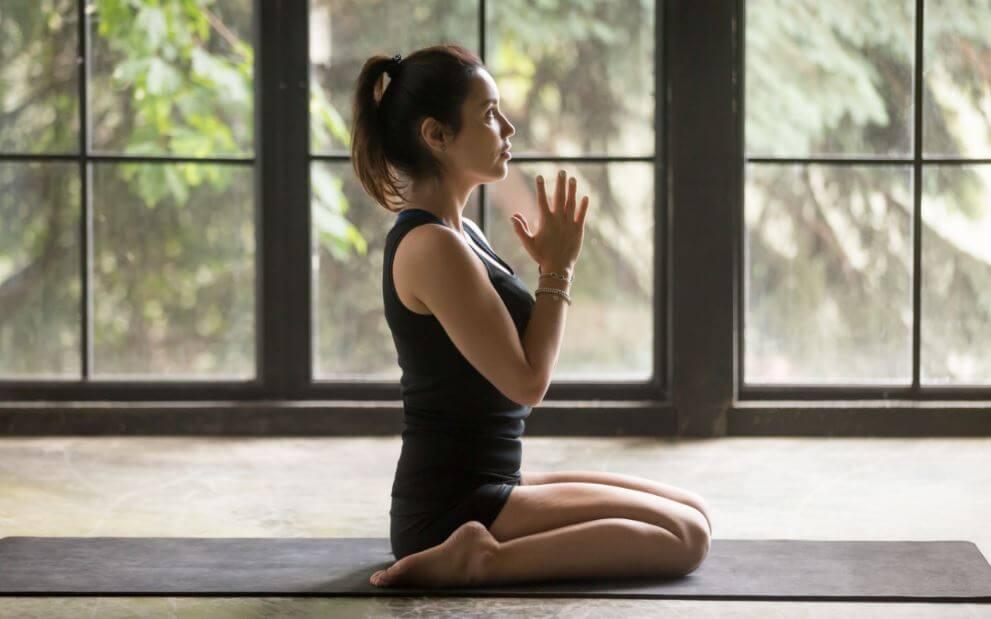 mulher fazendo yoga
