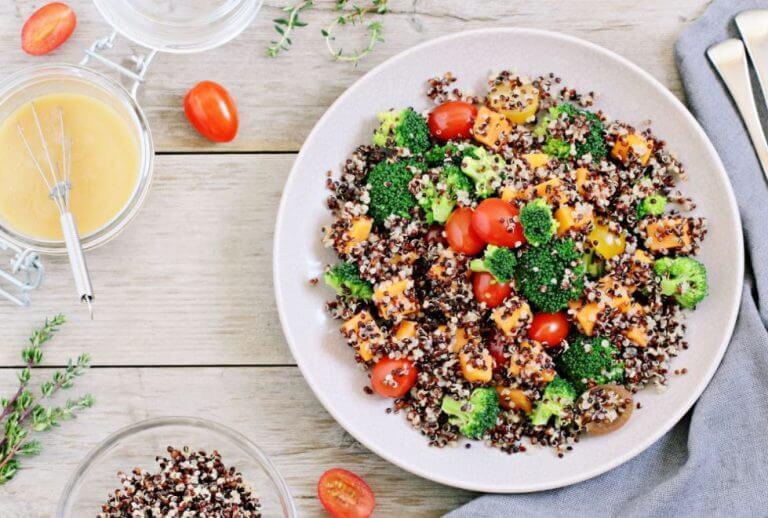 Salada de quinoa com outros vegetais e legumes