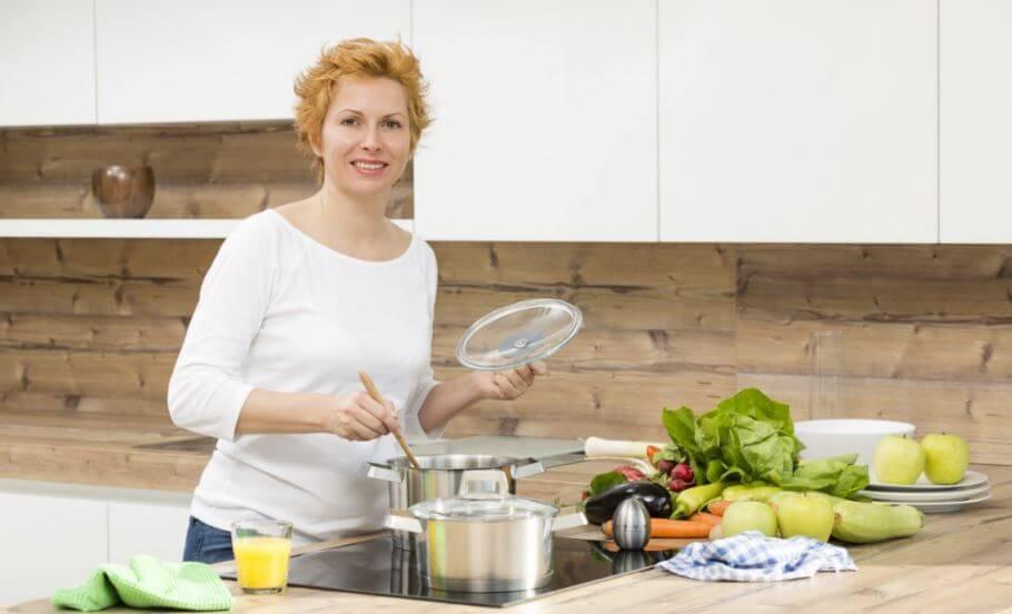 Mulher preparando uma refeição saudável
