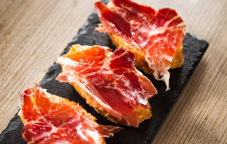 Descubra os benefícios de comer presunto Serrano no café da manhã