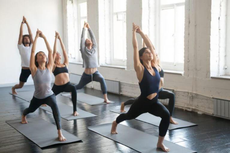 Alunos fazendo bikram yoga em uma aula