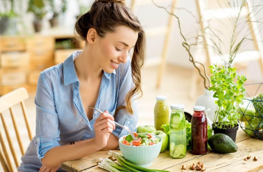 Mulher comendo salada