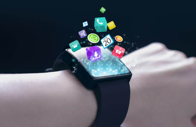 um relógio inteligente no pulso