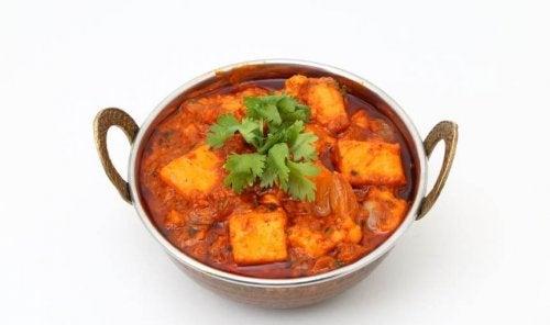 Uma tigela de tofu com molho de tomate e temperos