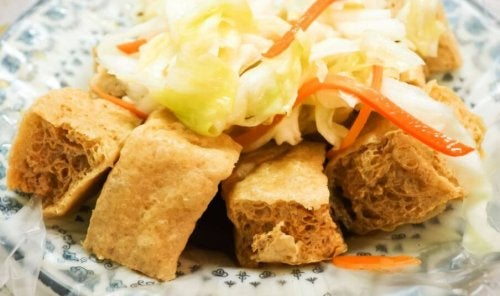 Tofu crocrante com verduras