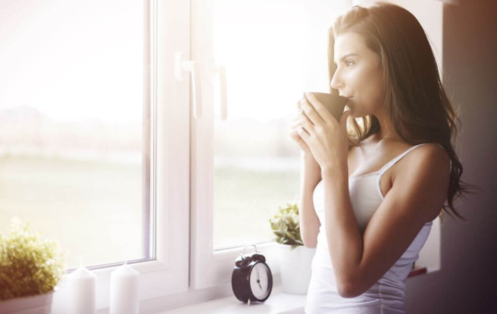 Mulher tomando café logo cedo