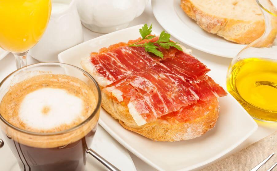 Torrada com queijo, presunto e café