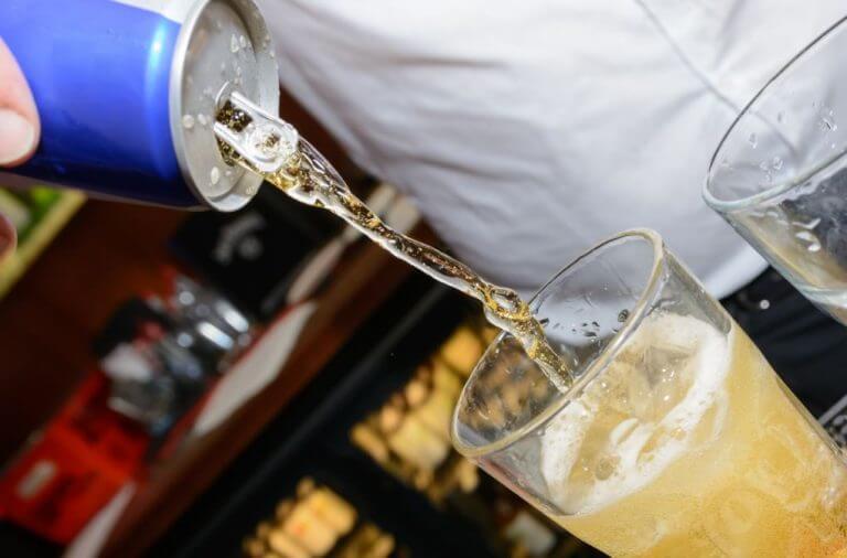 Bebidas energéticas sendo colocada em um copo