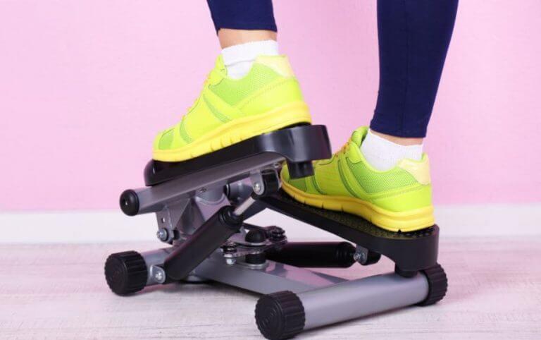 Mulher usando um aparelho para simular o movimento de subir escada