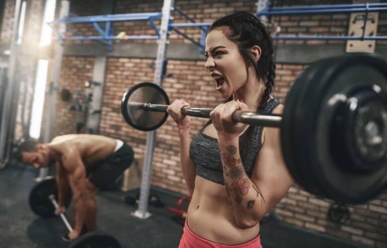 Mulher pegando peso com muita força