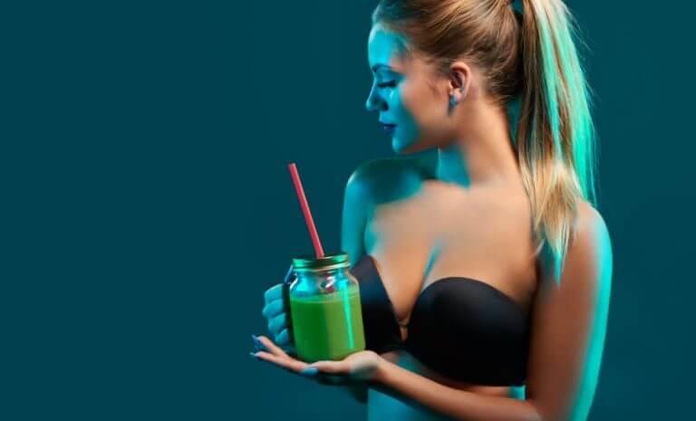 Mulher bebendo suco verde