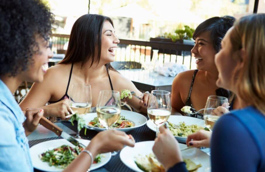 O que comer fora de casa sem estragar a dieta