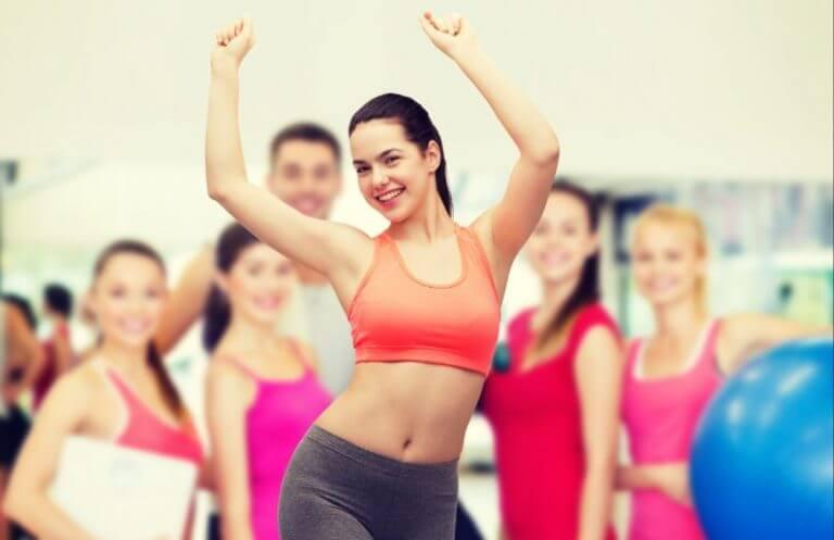 Mulher dançando em uma aula de academia