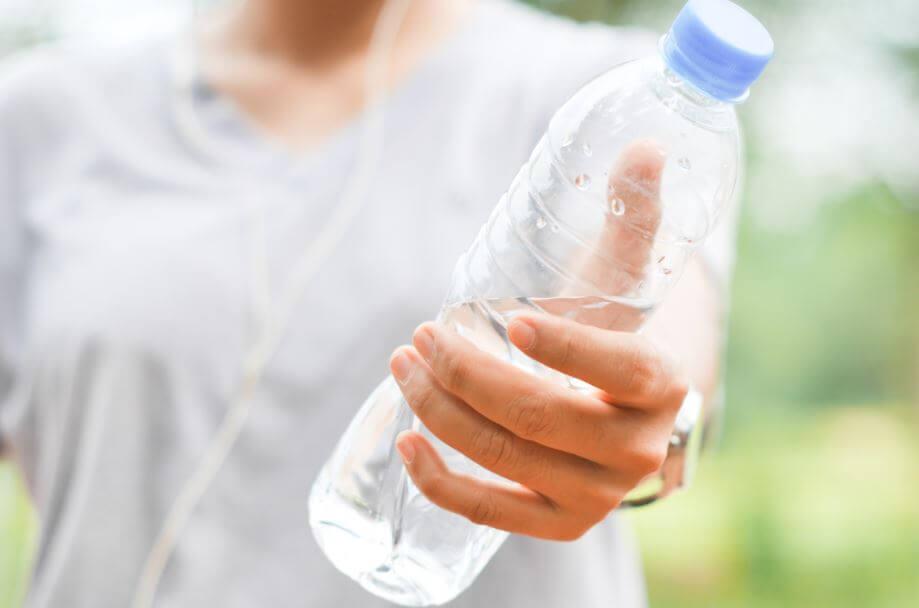 Saiba como fazer um treino de força com garrafas de água