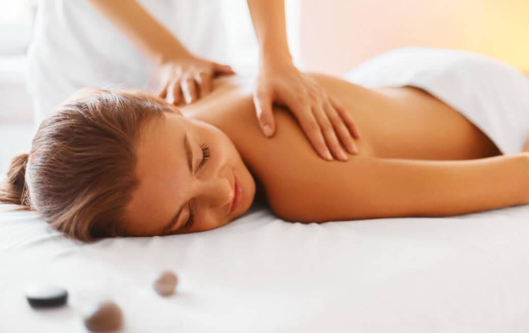 Mulher recebendo massagens