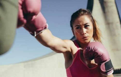 Mulher em um treino de boxe
