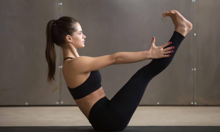 Mulher fazendo postura de yoga