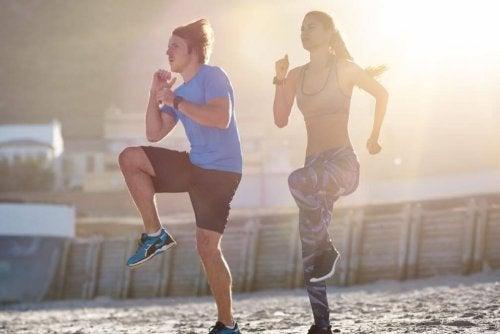 Dois homens fazendo exercícios levantando os joelhos
