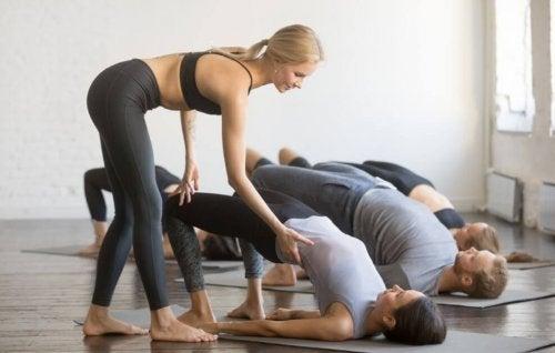 Alunos fazendo exercícios em uma aula na academia