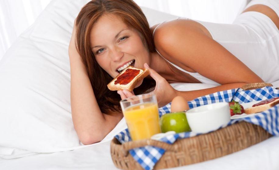 Opções diferentes de torradas saudáveis para o café da manhã