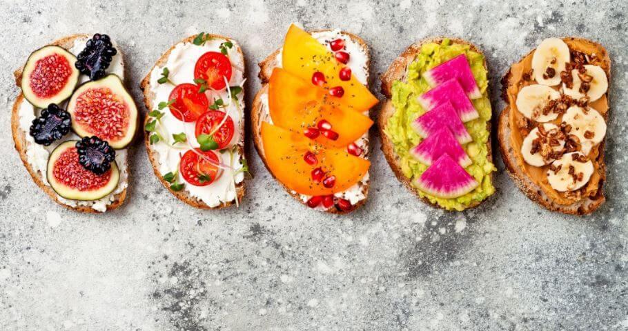 Várias opções de torradas saudáveis