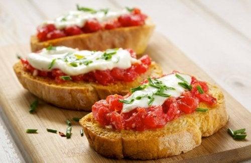 Torrada com tomate e queijo