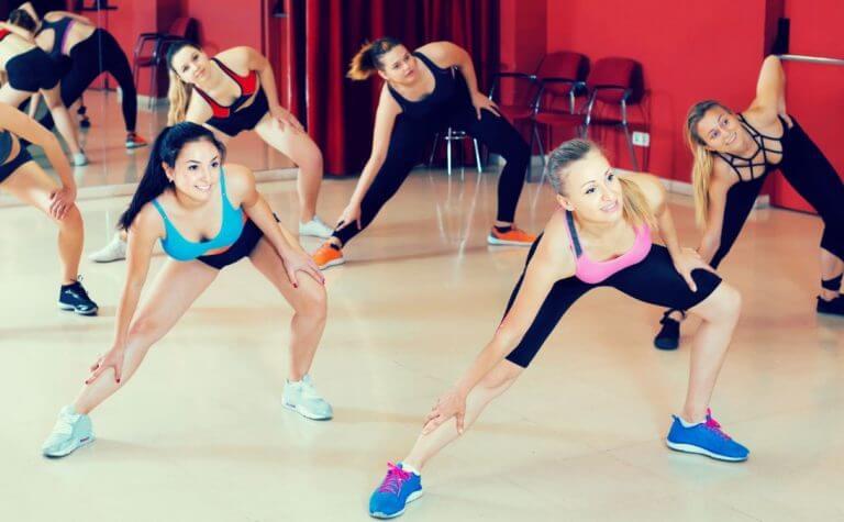 Mulheres em uma aula de dança na academia
