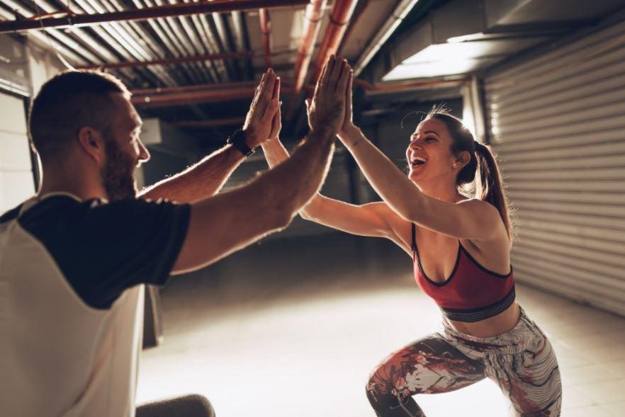 Homem e mulher se exercitando felizes