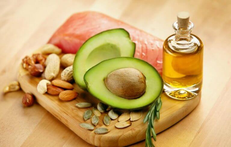 Gorduras saudáveis como abacate, azeite e oleaginosas