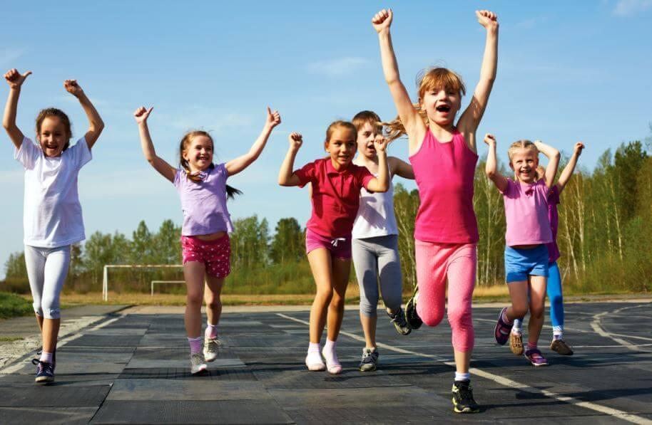Crianças em uma aula de educação física