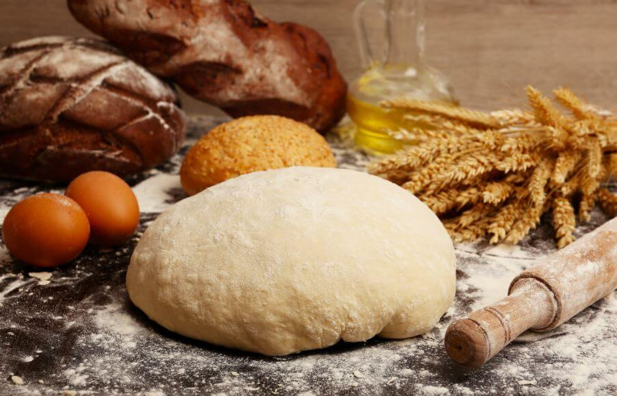 Pães prontos e uma massa de pão crua