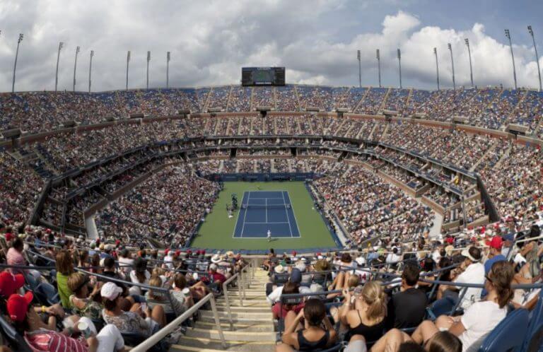 Quadra de tênis com platéia