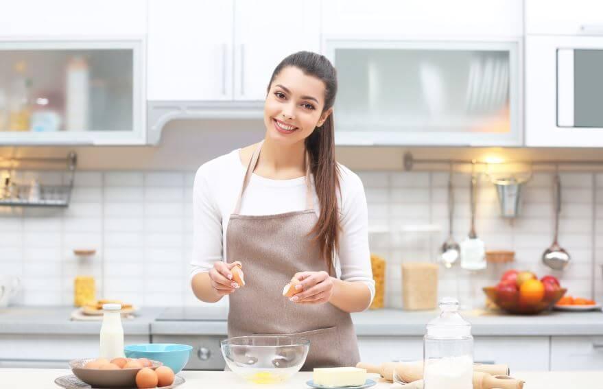 Mulher cozinhando ovos