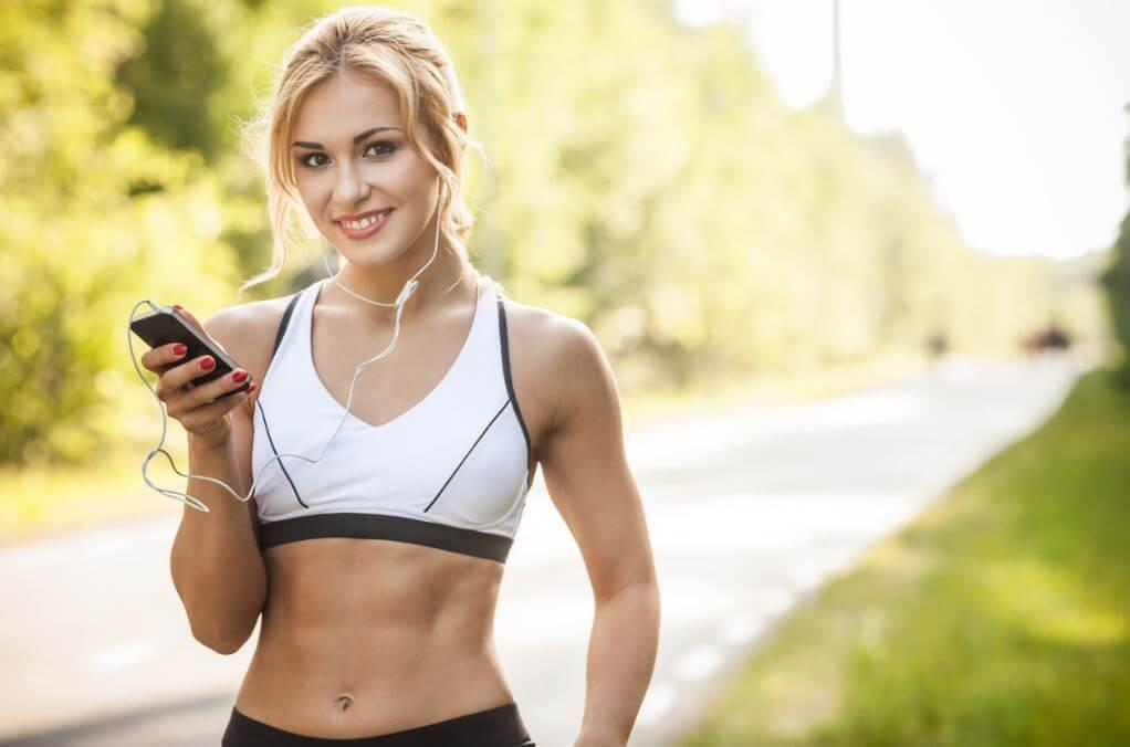 Mulher escutando música se preparando para ir correr