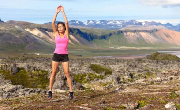 Menina fazendo exercícios ao ar livre
