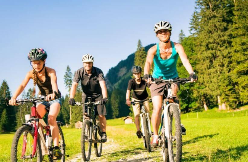 Ciclistas pedalando ao ar livre no campo
