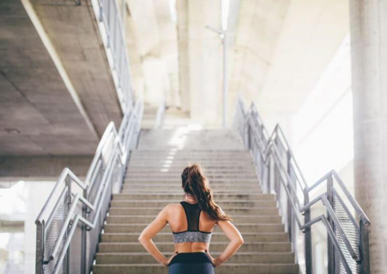 mulher diante de escadaria
