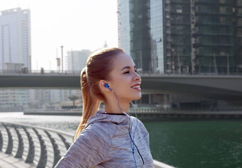 Garota ouvindo música para correr