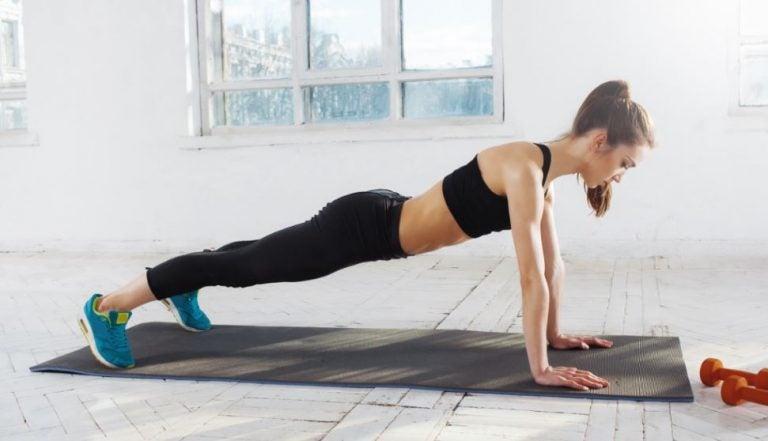Mulher fazendo flexões em casa