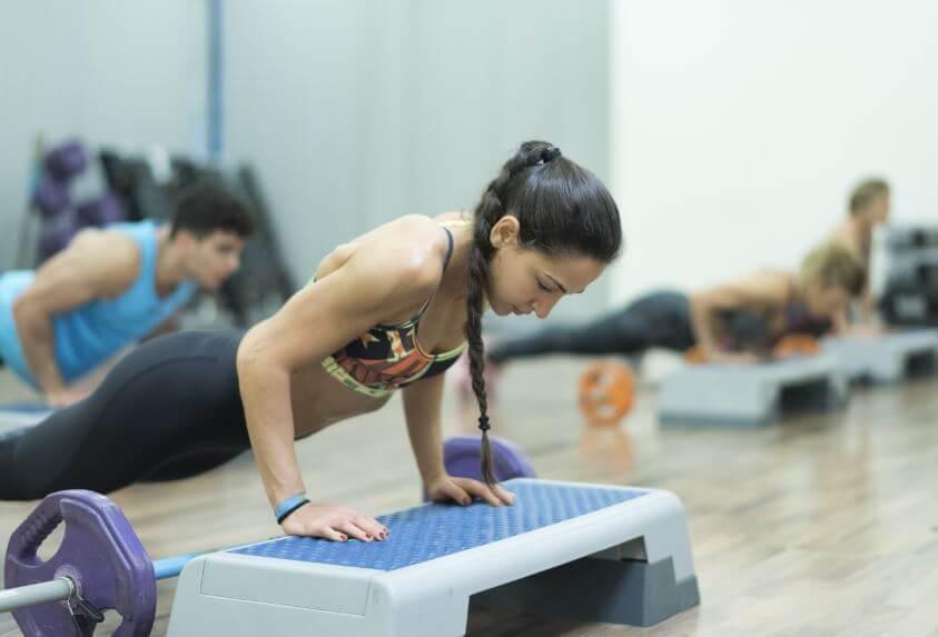 Mulher fazendo flexões inclinadas