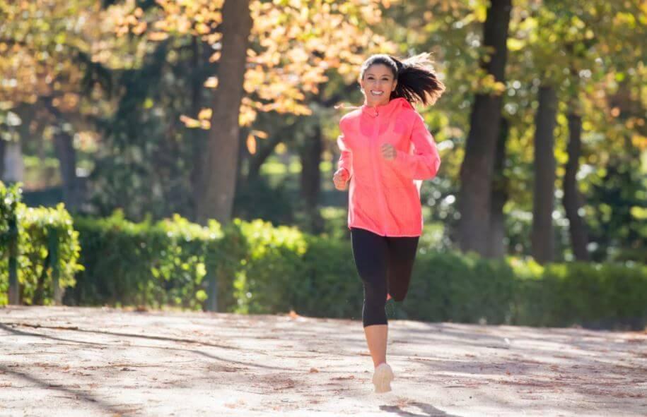 Garota correndo no parque