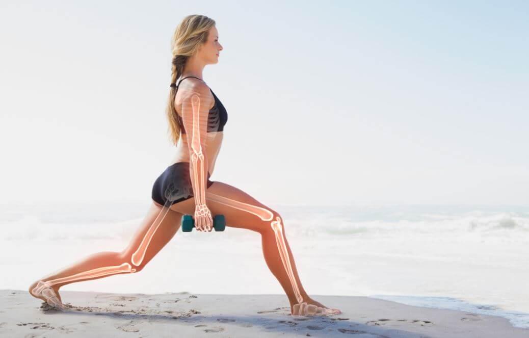 Mulher fazendo exercício com os ossos desenhados no corpo