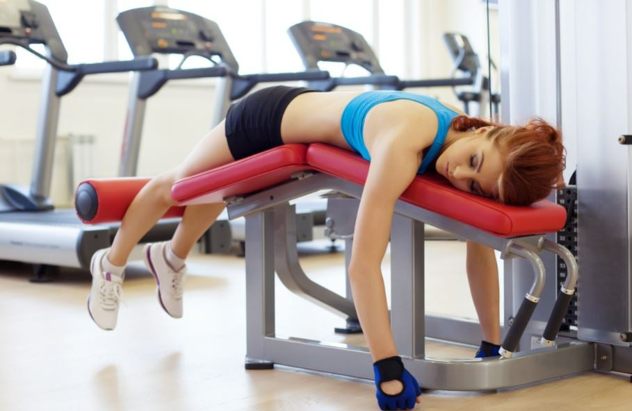 Garota dormindo na máquina da academia