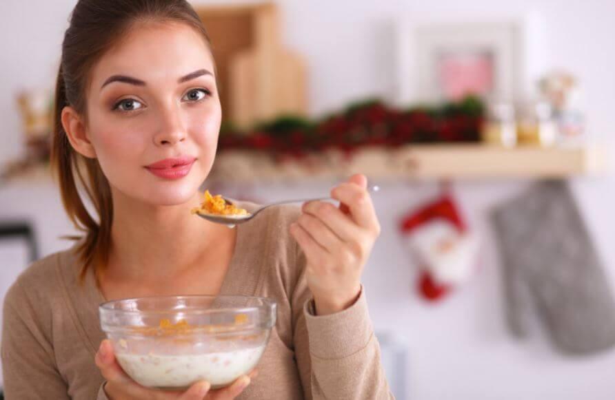 Garota comendo cereais